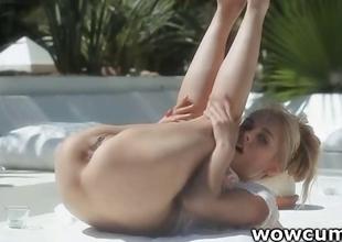 Blondie widening twat outdoors
