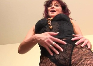 This MILF makes her pussy soaking wet