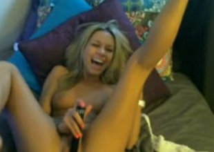 Kinky webcam blond wearing a cap bangs her pussy and laughs