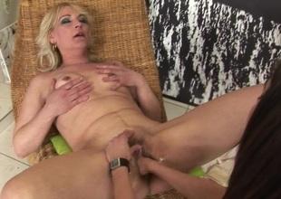 Sexy babe fisting a kinky mature slut
