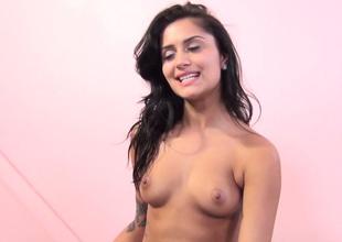 Alluring brunette hussy Giselle Mari gets fantastic pussy licking